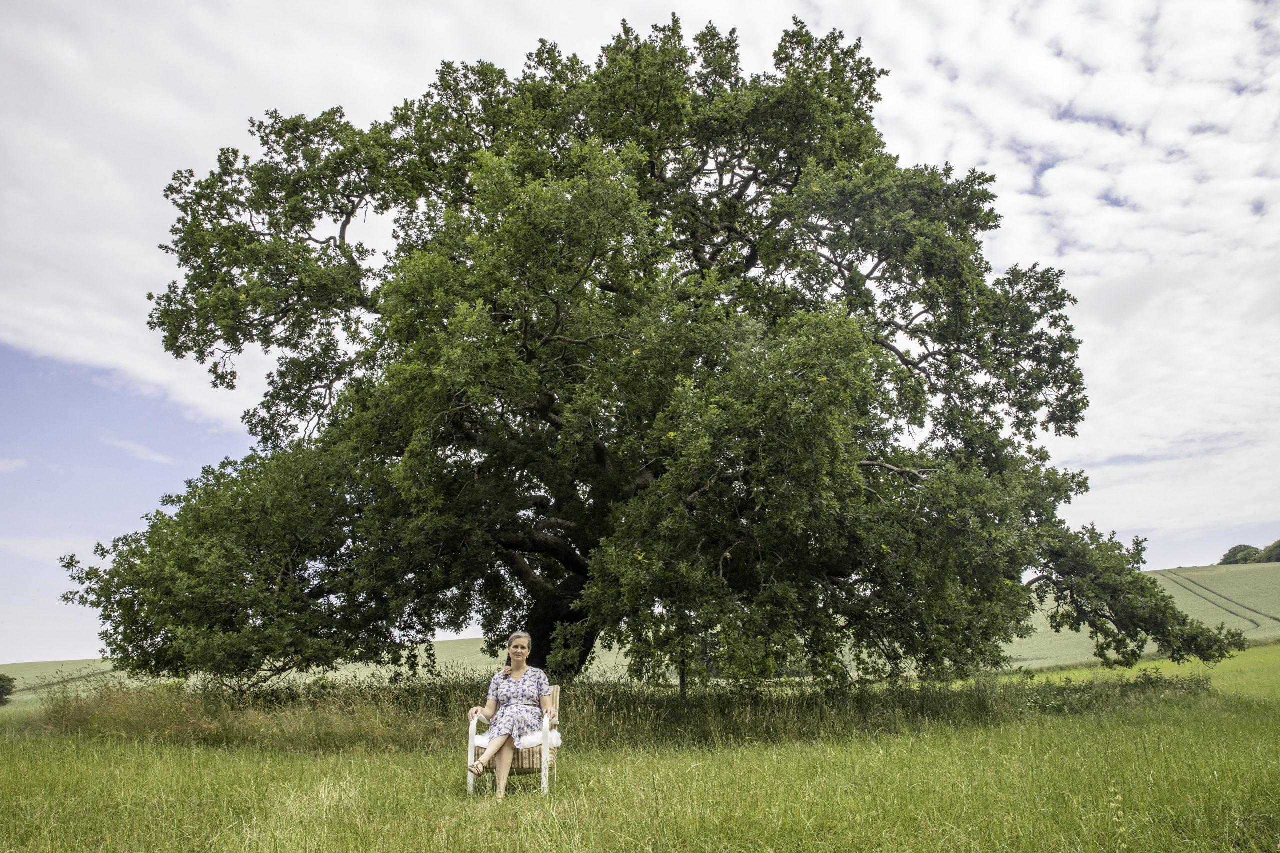 Camaniki coach: Malene sidder under et træ