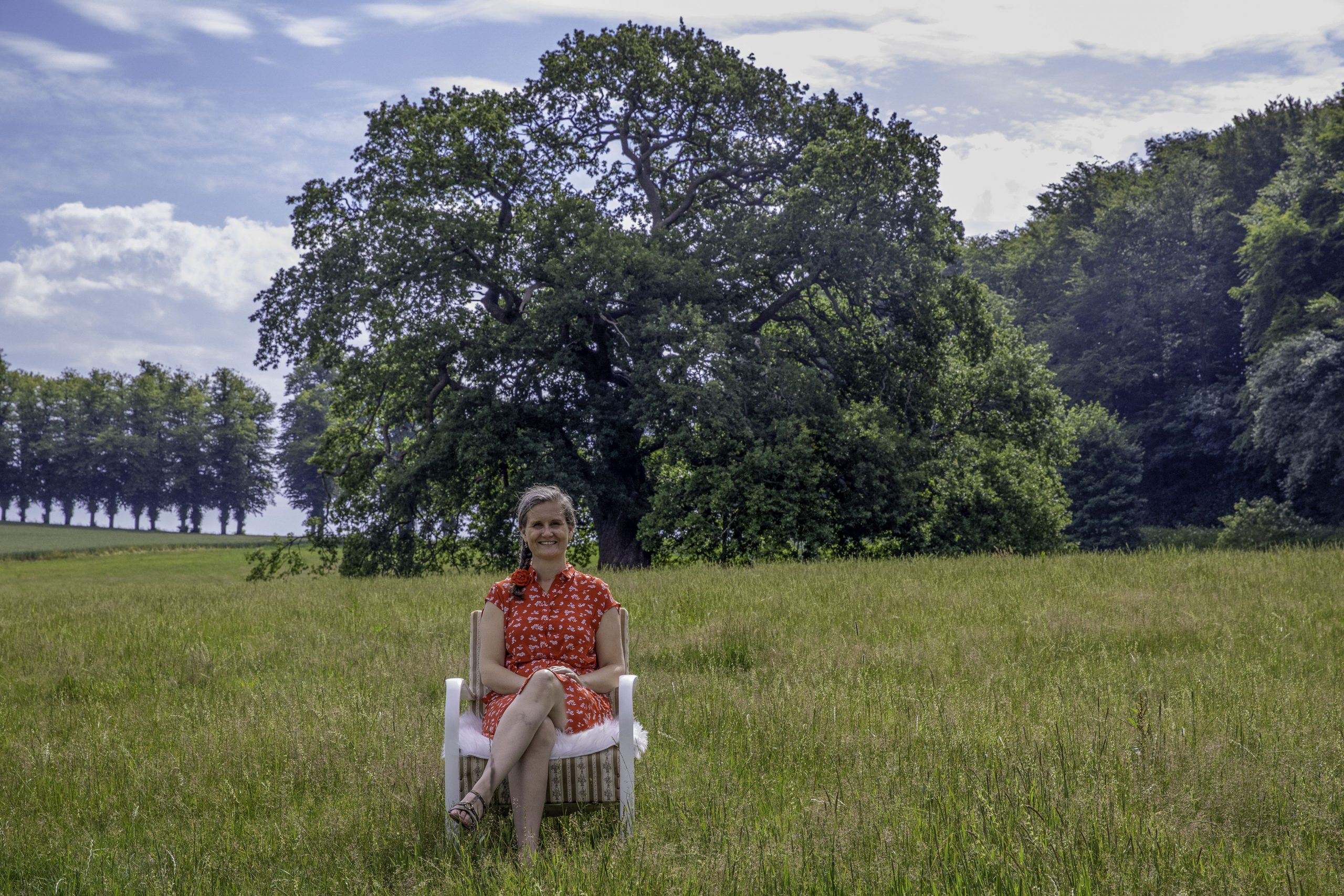 Camaniki coach: Malene sidder foran et træ