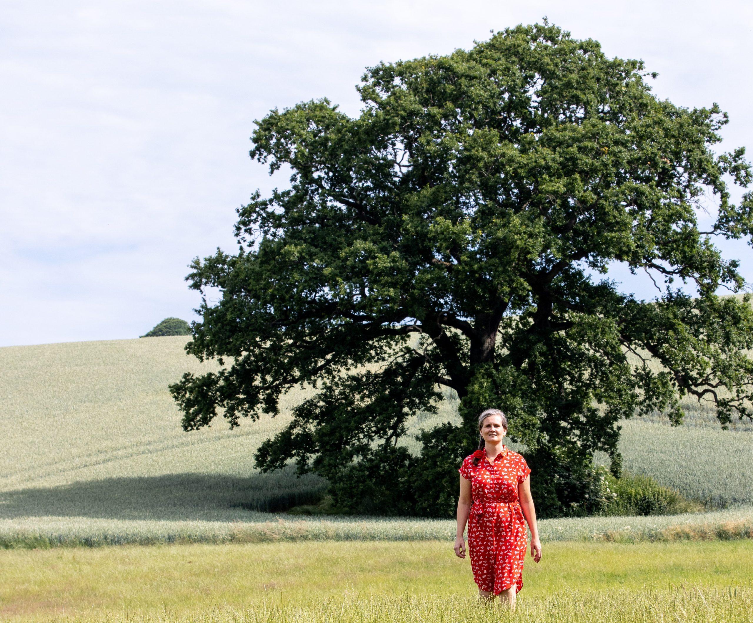 Camaniki Jordemoder: Malene står ved et træ